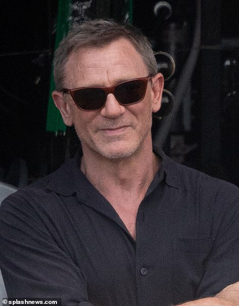 Daniel Craig with new sunglasses of james bond 25